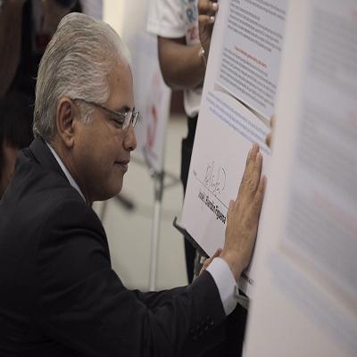 Blandón firma reto de Transparencia y se compromete con una nueva Constitución